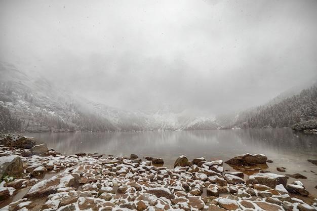 Lago de montanha no inverno. morske oko. polônia