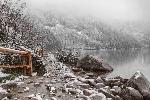 Lago de montanha no inverno. vista lateral.