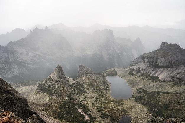 Lago de montanha pitoresca nas montanhas sayan, rússia