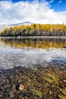 Lago de montanha, rússia, sibéria, buryatiya, froliha.