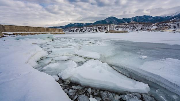 Lago de neve derretida com vista natural