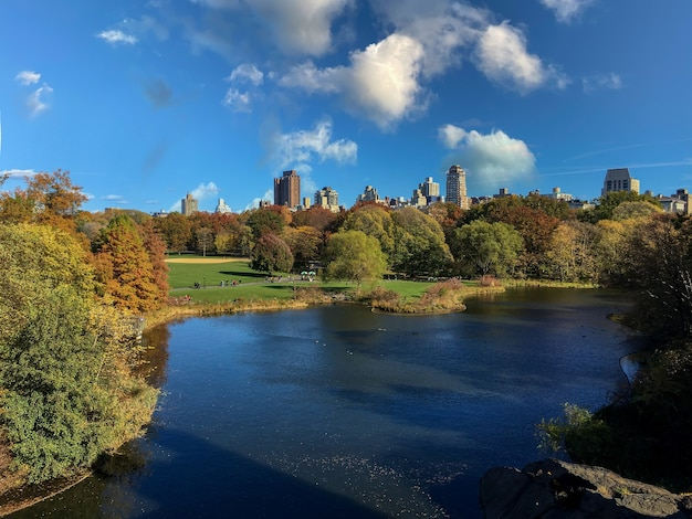 Lago de um parque urbano com pessoas ao redor do parque no outono em nova york