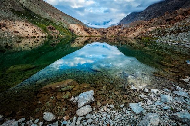 Lago deepak tal no himalaia