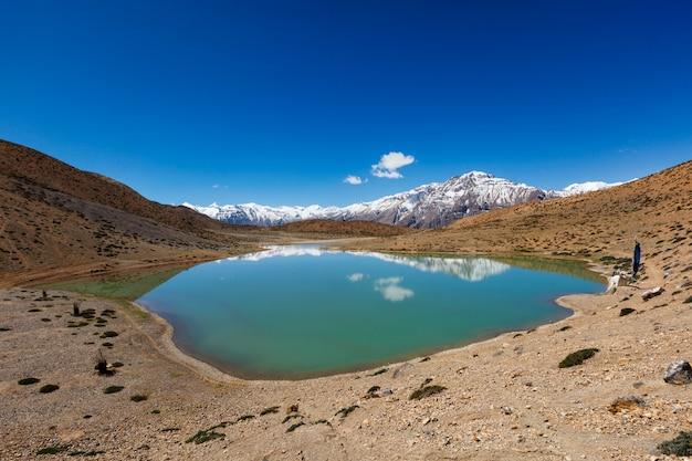 Lago dhankar no vale de spiti, himachal pradesh, índia