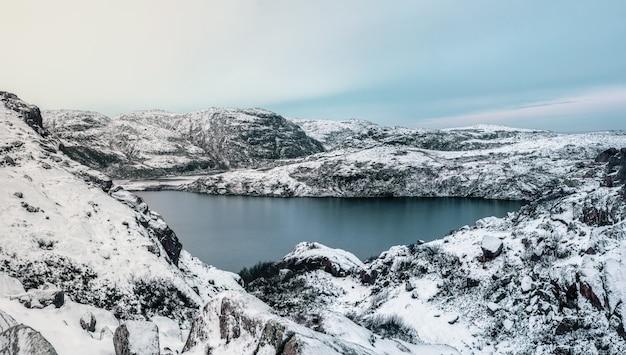 Lago difícil de alcançar na montanha ártica de inverno