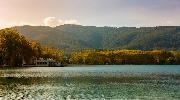 Lago dos banyoles na catalunha, espanha no outono