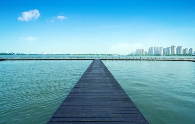 Lago e caminho de madeira