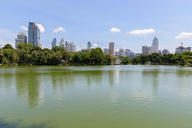 Lago e cidade urbana de bangkok, tailândia no parque lumpini