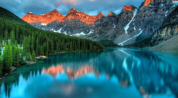 Lago e floresta nas montanhas