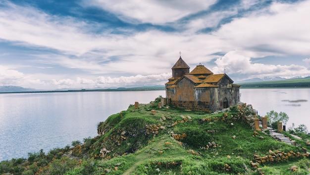 Lago e igreja sevani