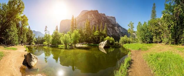 Lago e montanha de pedra