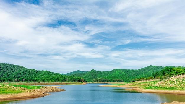 Lago e montanha no verão.