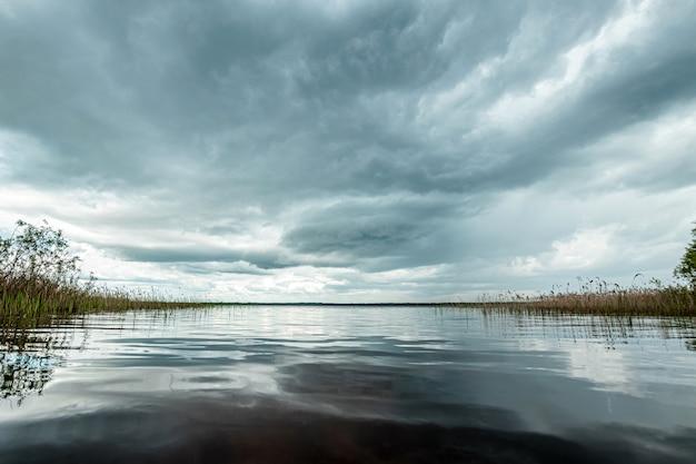 Lago e nuvens escuras, bela paisagem.