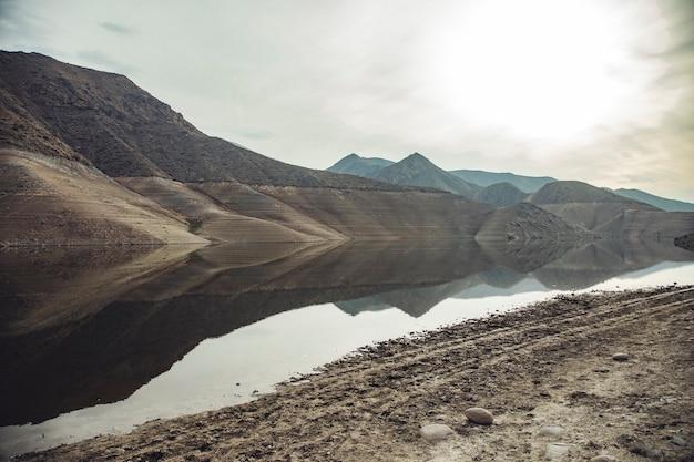 Lago e rochas coloridas sob o céu