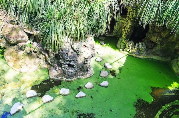 Lago em cavernas