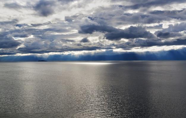 Lago em dia nublado