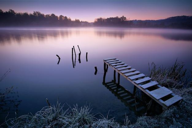Lago enevoado no início da manhã
