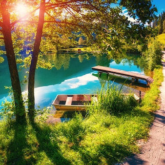 Lago entre montanhas. mundo da beleza. itália europa
