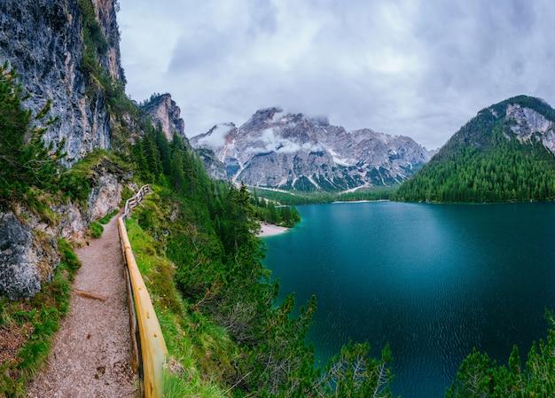 Lago entre montanhas