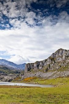 Lago ercina na natureza