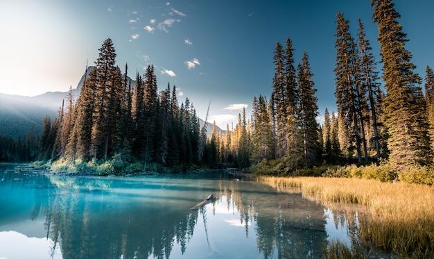 Lago esmeralda bonito, parque nacional de yoho, columbia britânica, canadá