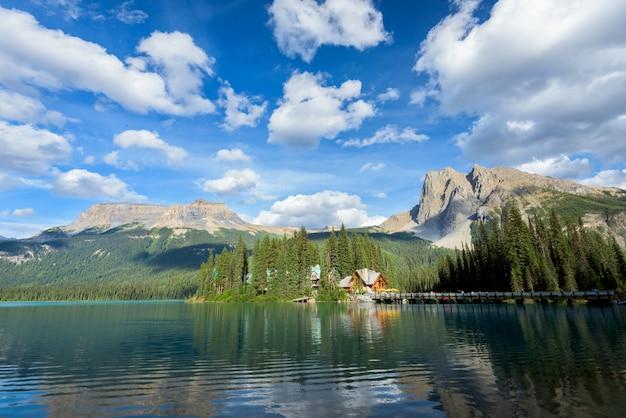 Lago esmeralda bonito, parque nacional de yoho, colúmbia britânica, canadá