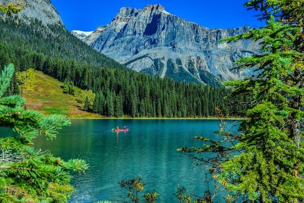 Lago esmeralda, parque nacional de yoho, no canadá