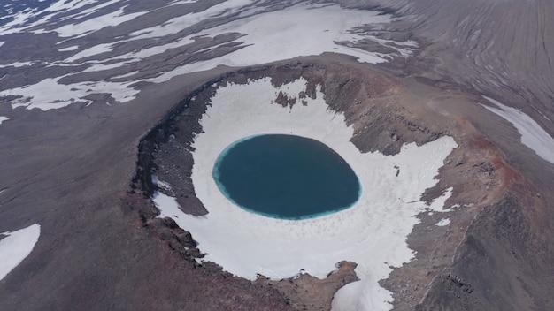 Lago formado na foz do pico de um vulcão com beleza de neve