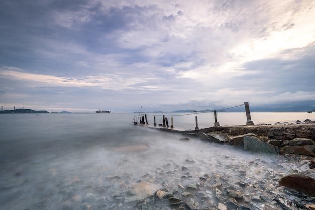 Lago fotografado com longa exposição durante o dia