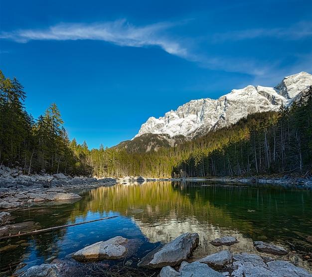 Lago frillensee e zugspitze - a montanha mais alta da alemanha Foto Premium