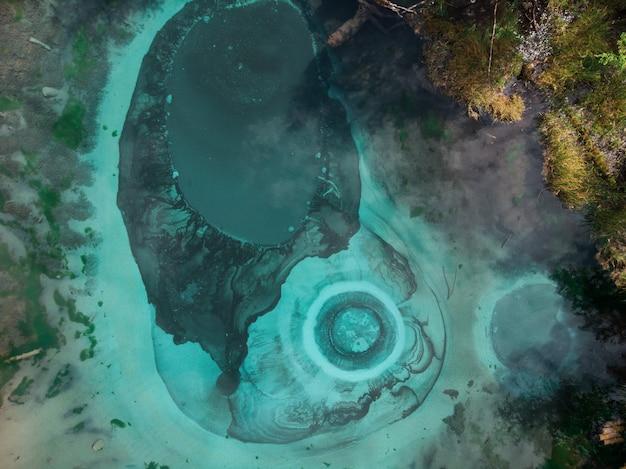 Lago geyser com fontes termais