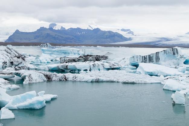 Lago glacial jokulsarlon, islândia. icebergs flutuando na água