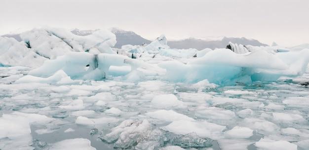 Lago glaciar cheio de grandes blocos de gelo.