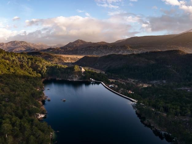Lago grahovo lago no município de niksic, perto da cidade de grahovo, no sudoeste de montenegro