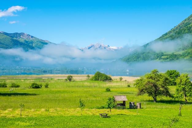 Lago incomum plav entre os picos das montanhas pitorescas de montenegro.