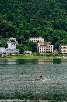 Lago japonês perto do monte fuji com homem fisher