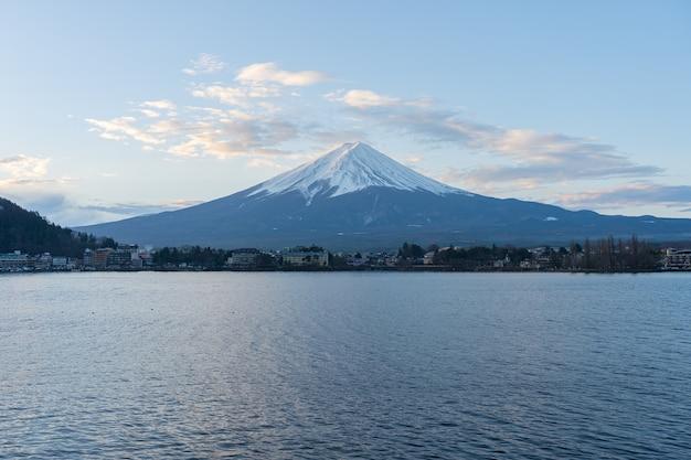Lago kawagushiko com montanha fujisan no japão.