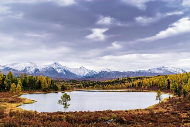 Lago kidelu e picos cobertos de neve do cume kurai paisagem montanhosa de outono altai rússia