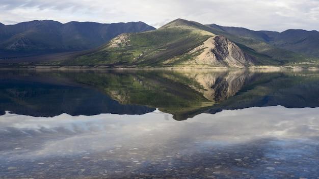 Lago kluane e montanhas ruby no canadá