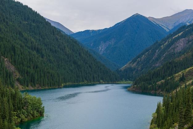 Lago kolsay - lago de montanha no cazaquistão
