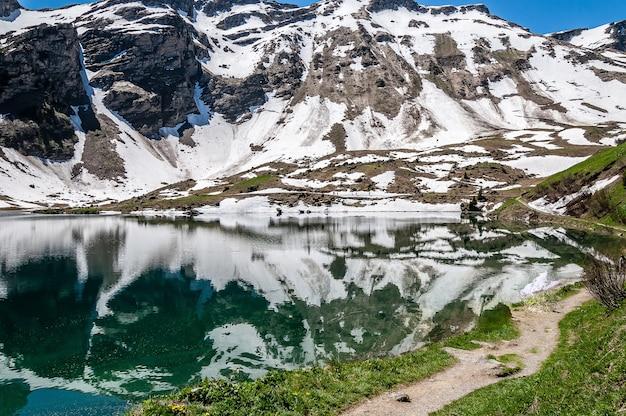 Lago lac lioson na suíça cercado por montanhas e neve