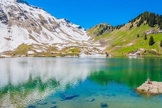 Lago lac lioson, na suíça, cercado por montanhas e neve
