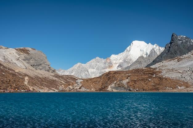 Lago leite com cordilheira sagrada no outono no pico