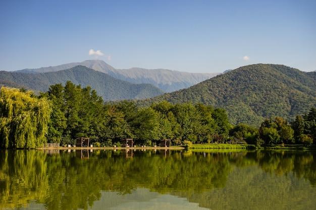 Lago lopota no início do outono com reflexo das encostas das montanhas em água azul, região de kakheti, geórgia