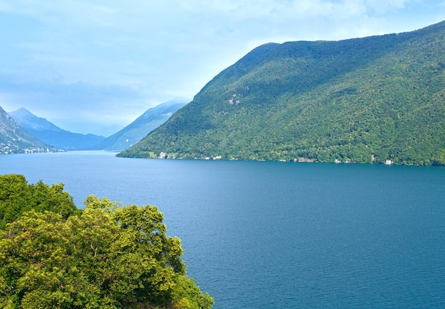 Lago lugano na fronteira entre o sul da suíça e o norte da itália