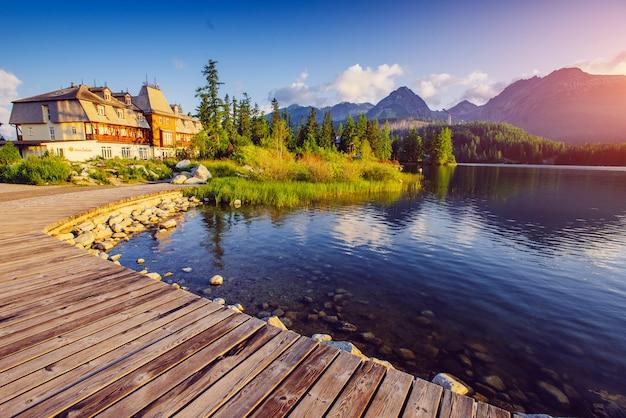 Lago majestoso da montanha no parque nacional tatra alto. strbske pleso, eslováquia, europa.