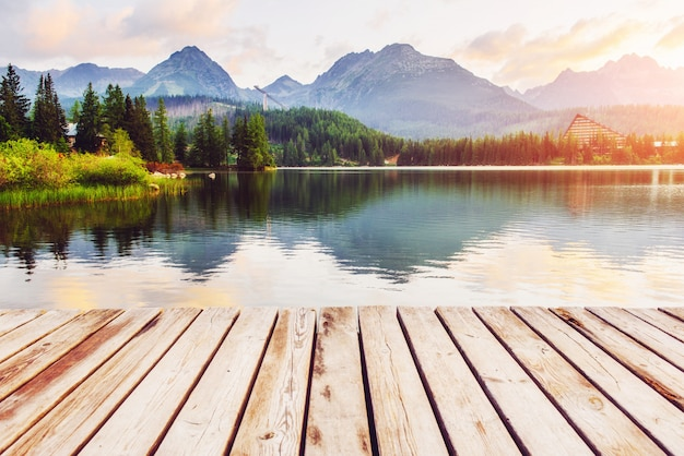 Lago majestoso da montanha no parque nacional tatra alto. strbske pleso, eslováquia