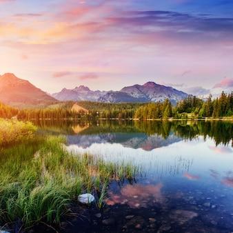Lago majestoso da montanha no parque nacional tatra alto. strbske pleso