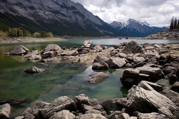 Lago medicina, jasper parque nacional, alberta, canadá