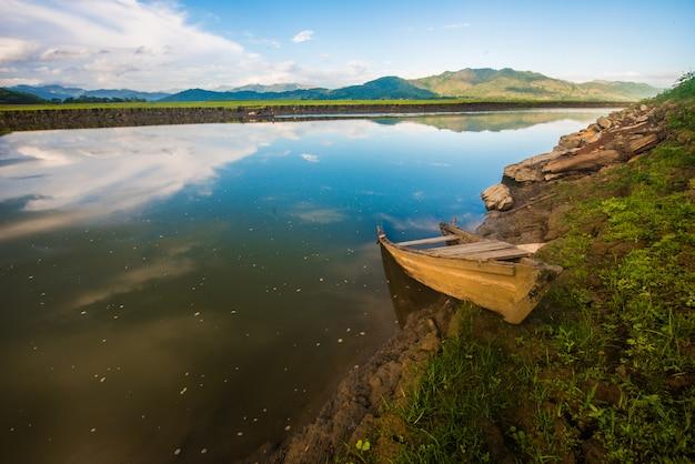 Lago mirror com barco abandonado
